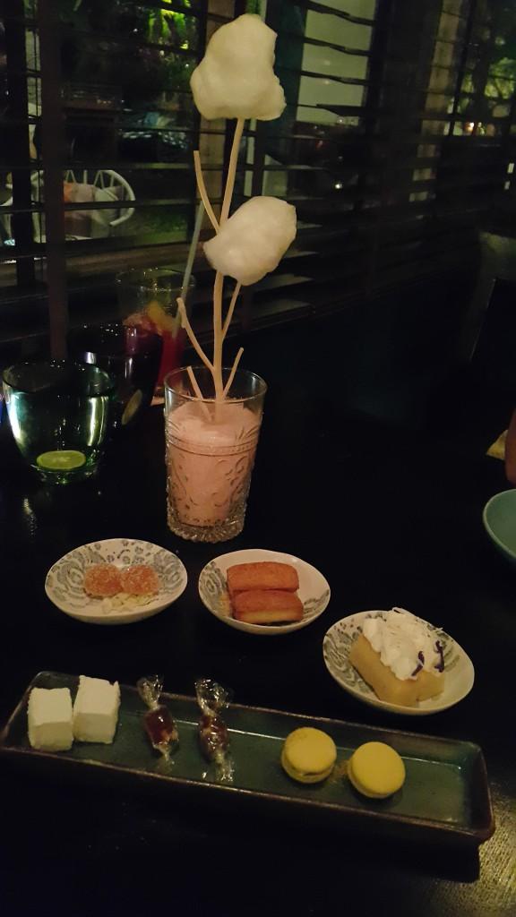 Dessert composé d'un assortiment de petits gâteaux (financier, baba u rhum, pâtes de fruits)