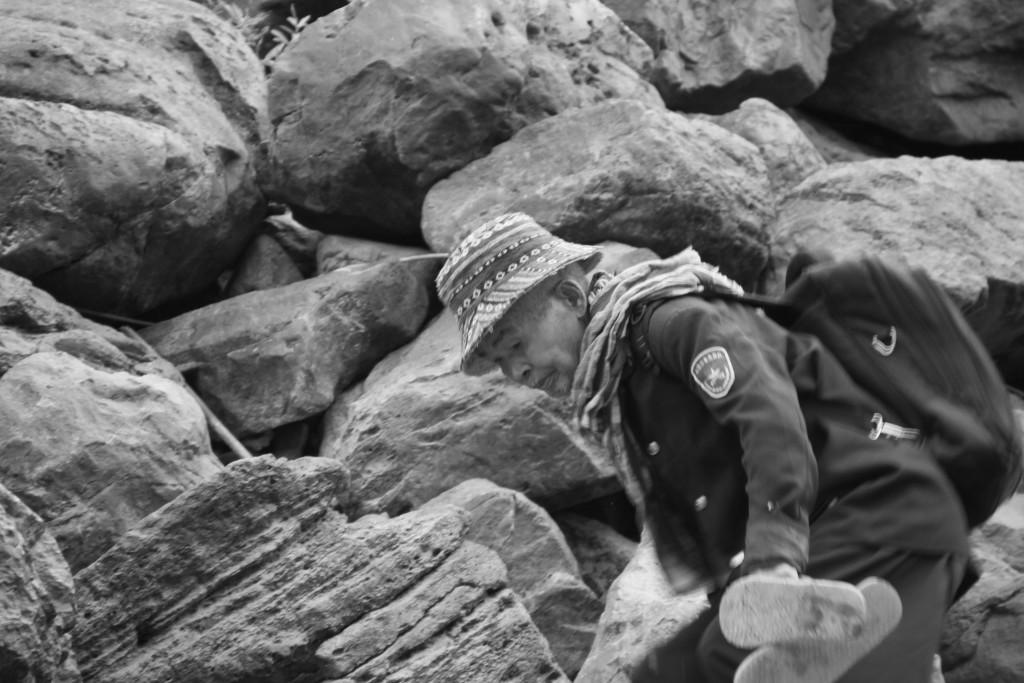 Dépose d'un passager sur les bords rocailleux du Mékong