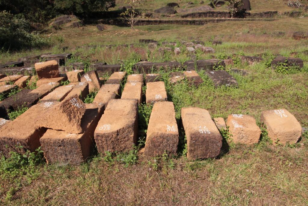 Au sol les pierres numérotées en attentes de prendre place dans l' édifice.