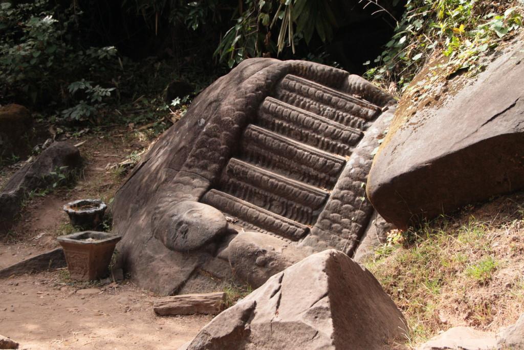 Serpents gravés dans la roche