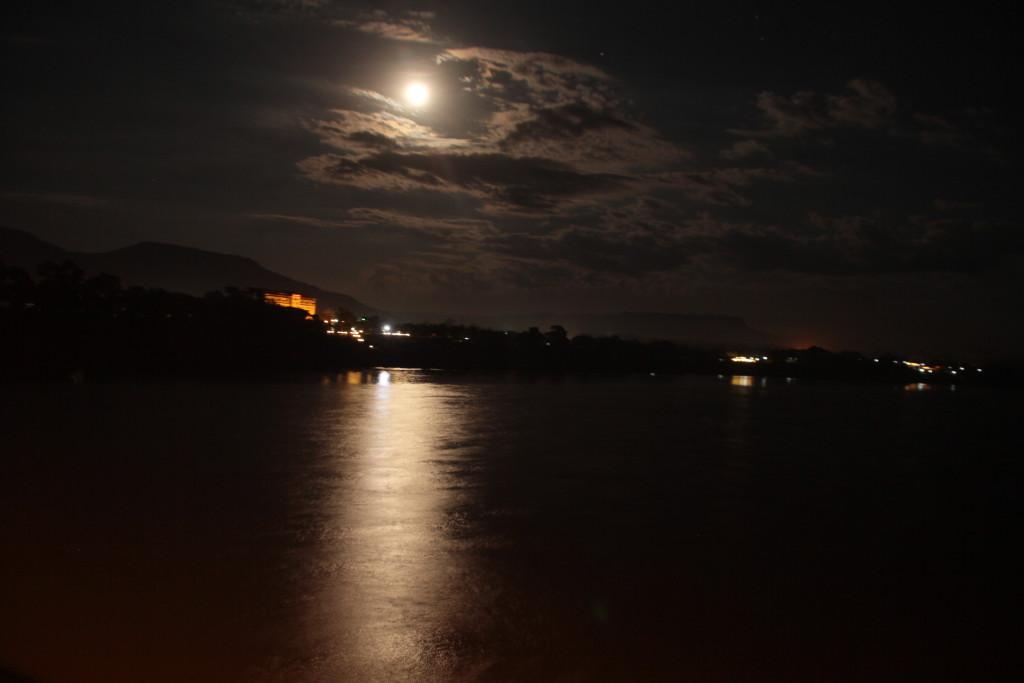 Le 25 décembre c'était aussi la pleine lune sur le Mékong. (photo prise du pont de Paksé d'une longueur de 1380 m)