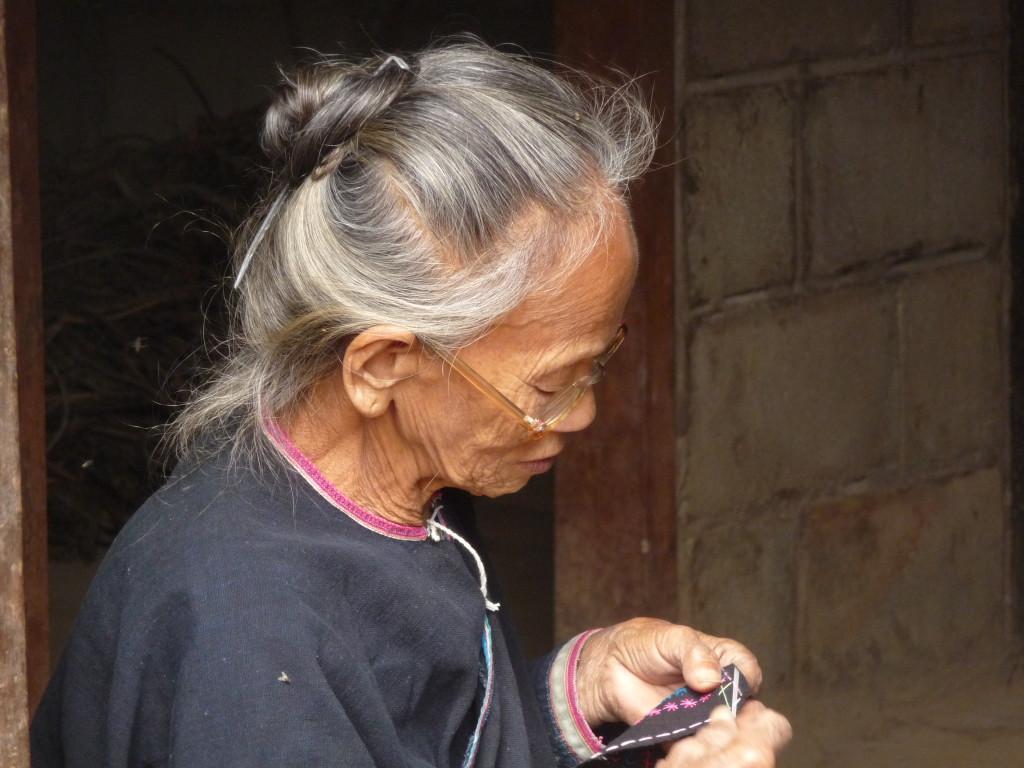 Une tisseuse dans le même village