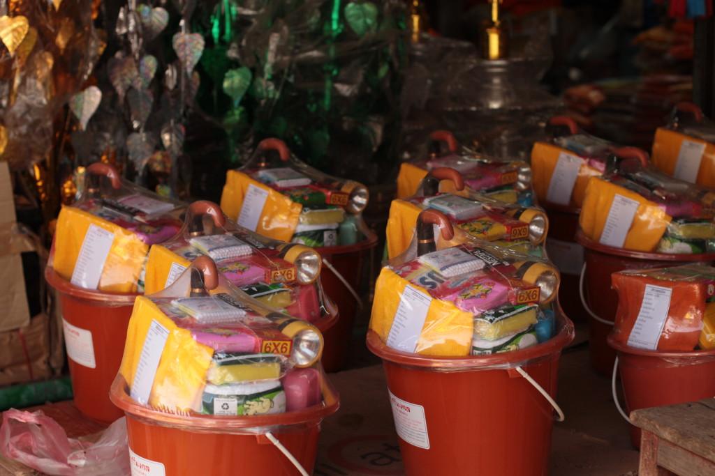 Seau cadeaux comprenant des objets utiles pour les moines