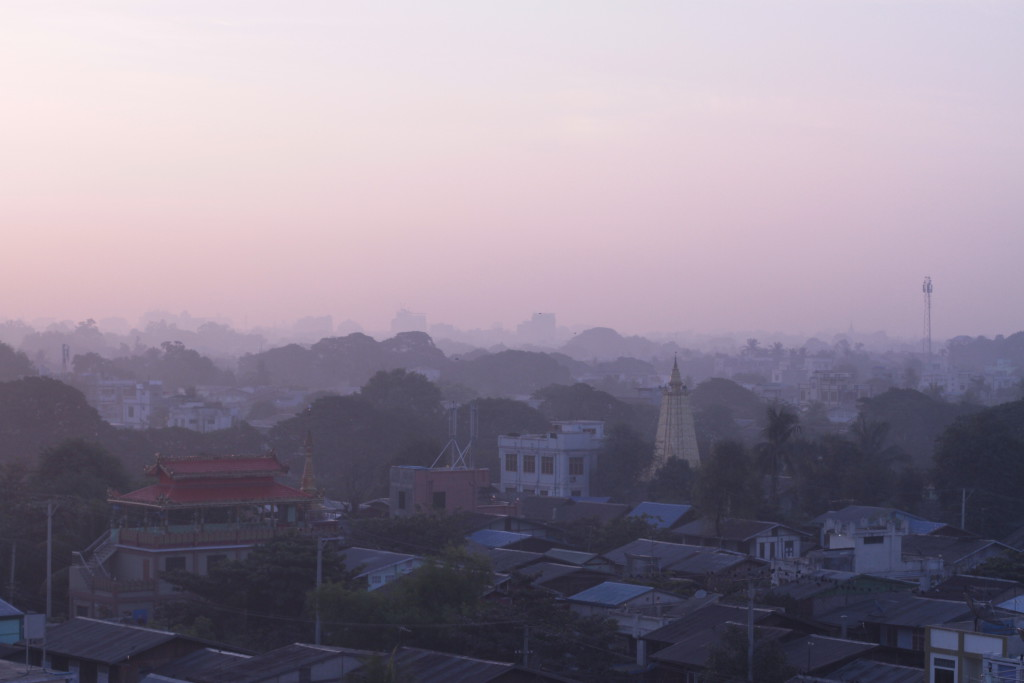 une autre vue de Mandalay depuis le toit de l'hôtel