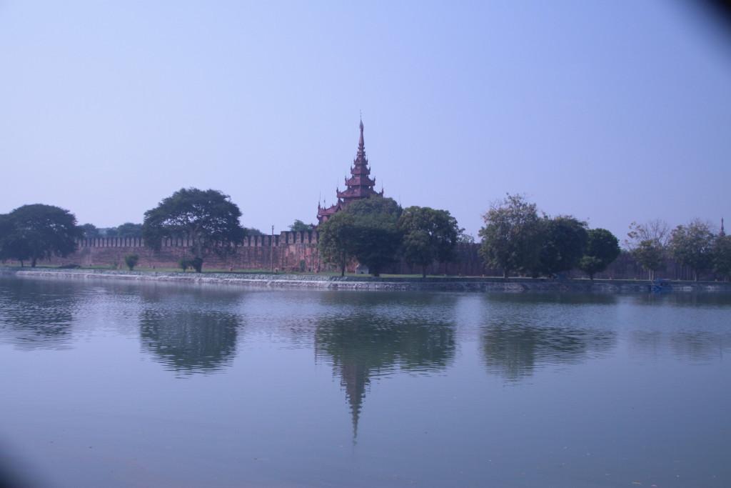 Vue de la promenade entourant l'ancien palais