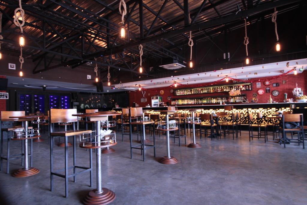 Un bar restaurant à la décoration pétillante.