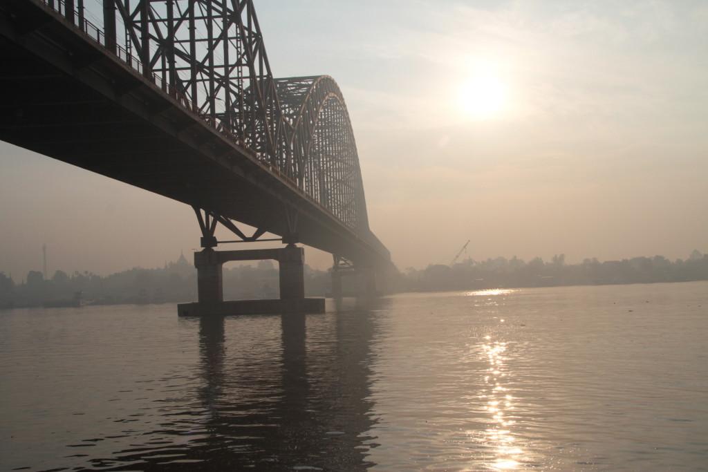 Pont métallique . sous le soleil levant