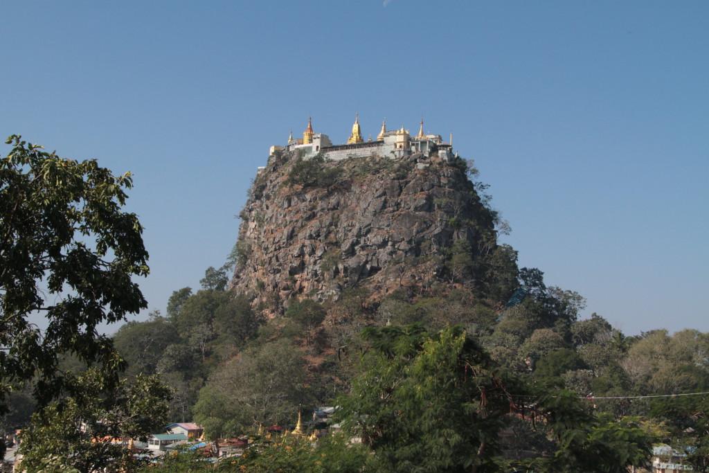 Le Mont Popa, il est considéré comme le refuge des 37 Grands Nats (esprits vénérés en Birmanie).