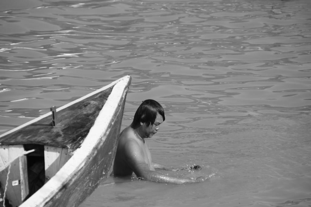 Photo insolite, cet homme nettoie le fond de l'eau.