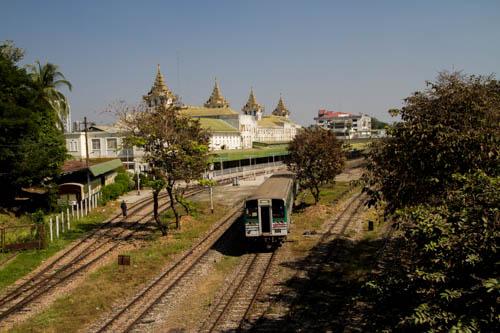 La gare de Yangon, San San Aye